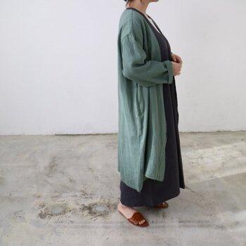 リトアニアリネンで織られた生地を贅沢につかったガウンは、カーディガン感覚で着られます。ボタンの付いていないナチュラルなシルエットは、オンでもオフでも便利に使えそう。やさしい色合いのグリーンは初夏のおしゃれにぴったり。
