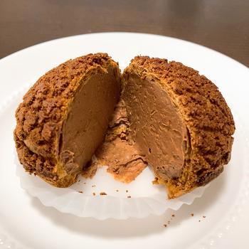 アマゾンカカオのシュークリームはお店の一押し。ぎっしり詰まったクリームは甘すぎず、酸味と苦味のバランスが絶妙なんです。