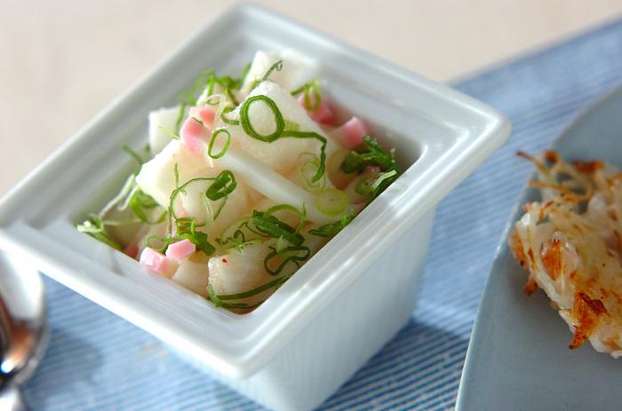 細く刻んだ長芋とかまぼこに明太子を和え、みりんで味付けしたお手軽レシピ。かまぼこの旨味と明太子の塩気を活かしたシンプルな味わい。あと一品、という時にも覚えておくと便利です。