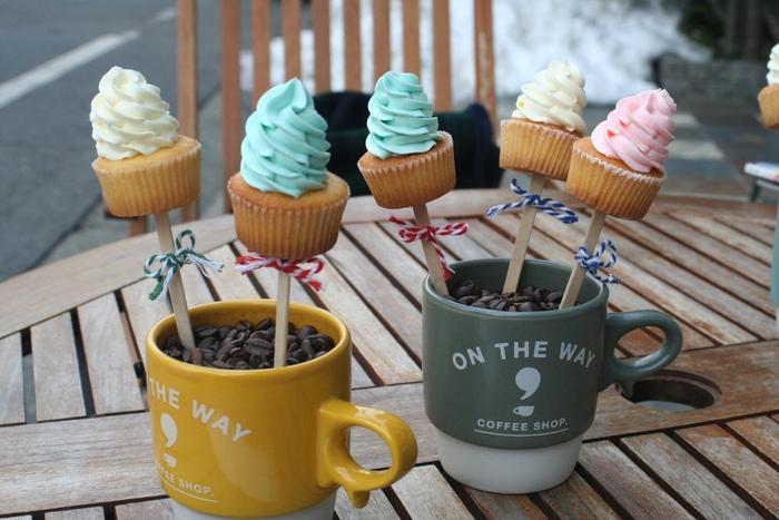 お店では、コーヒーに合う手の平サイズの愛らしいカップケーキも販売しています。なかでもSNS人気なのはスティックタイプ。アメリカンチェリーやキウイなど季節限定のフレーバーからバニラ味の生地にバタークリームを混ぜたカラフルなものまでバリエーション豊富です。