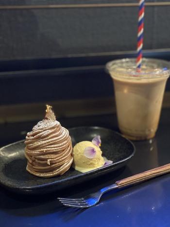モンブランやパイなど、パティシエ特製の手作りケーキも人気。美しいスイーツとコーヒーで至福のカフェタイムを過ごしましょう。