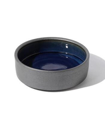外側部分は鉄砂釉、内側は呉須釉を用いて作られたドラ鉢。深みのある色合い同士の組み合わせがなんとも美しく、食卓を豊かに彩ります。直径約21cm高さが約7.3cmあるので、汁気のある煮物や、ちらし寿司などを盛るのにぴったり。菓子鉢として使うのもおすすめです。