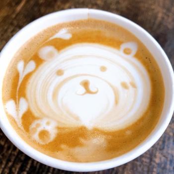 コーヒーの苦みとふわふわのクリームのコクが絶妙で、干支や季節のイベントをモチーフにしたラテも楽しめますよ。