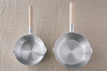魚の煮付けには、熱伝導のよい小回りの利く雪平鍋があると便利。煮崩れを防ぐためにも、魚が隙間なくぴったり収まるサイズを選ぶとよいでしょう。煮汁の中で、魚が動いてしまわないようにするのがポイントです。