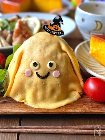 オムライスといえばキャラクターに仕上げやすい料理でもあるため、お子さんがいる方はチーズやハムなどを飾って可愛いキャラモチーフにするのも素敵ですね。こちらはご飯を丸くして大きめに作った卵を乗せておばけ風に。