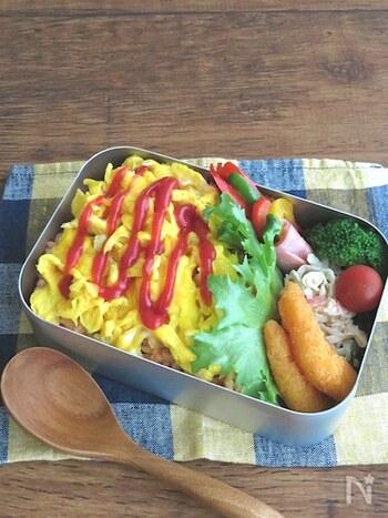 時間がないときでもササッと作れるオムライス弁当。ケチャップライスにスクランブルエッグを乗せるだけなので、とっても簡単!手間をかけずに作りたい方におすすめです。