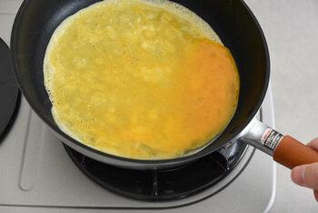 ポイント①油をしっかり引く ポイント②フライパンが温まってから卵を入れる ポイント③卵は一気に入れ素早く全体に広げる  薄焼き卵をキレイに作りたい方は、テフロン加工のフライパンの方が失敗しにくく簡単です。ちなみに片栗粉を入れると破れにくい薄焼き卵も作れます。