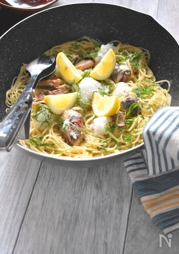 パスタと一緒に具材も調理してしまうワンポットパスタ。パスタを茹でながら、オイルサーディンにも火を通していきます。  大根おろし、レモン、紫蘇とちょっぴり和風な味わいを感じる爽やかなパスタ。おひとりさまランチにもおすすめです。
