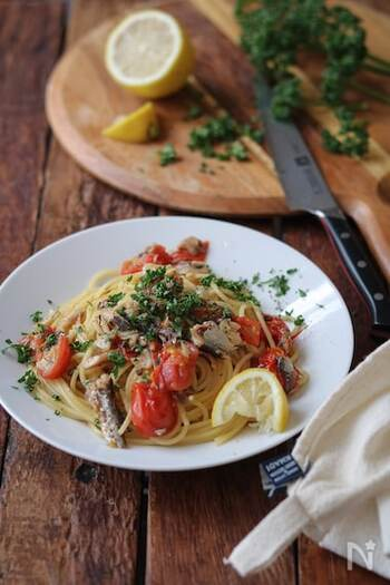 白だしで風味付けするオイルサーディントマトパスタです。  旨みの強い白だしとオイルサーディンは、実はよく合う食材。トマトやレモン、パセリの彩りも美しく、おもてなしにもおすすめのひと品です。