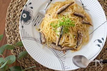 缶詰のオイルを使って、旨みたっぷりに仕上げたペペロンチーノ。  豆苗は混ぜ込む用と、トッピングする用に分けて使います。シャキシャキとした食感が生きて、オイルサーディンの柔らかな食感との対比が楽しめますよ。
