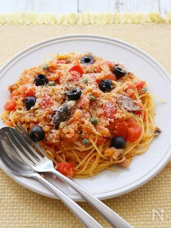ブラックオリーブに、ケッパー、オレガノ、バジルを合わせたイタリアンなトマトパスタ。  フレッシュトマトを使って、ジューシーに仕上げています。奥行きのある味わいがクセになるオイルサーディンのパスタです。