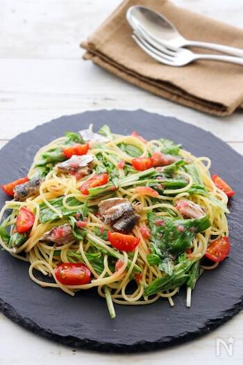 オリーブオイル&梅肉の爽やかドレッシングで混ぜ合わせるさっぱりパスタ。  水菜もオイルサーディンにも火を通さず、そのまま和えてしまいます。ゆでたてパスタの予熱で、水菜はしっとりして食べやすくなるんです。サラダ感覚で食べたくなるひと皿ですね。