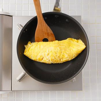 ポイント①卵をたっぷりと使う ポイント②しっかり卵を混ぜ合わせておく ポイント③フライパンに入れたら素早くかき混ぜる  半熟に仕上げるオムライスは、卵に牛乳を入れるとよりふわふわに。また、バターもたっぷり使うと風味よく、コクのある美味しさに仕上がります。