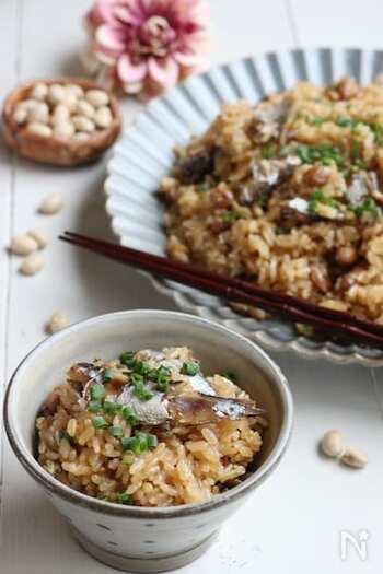 炊飯器におまかせのオイルサーディンの炊き込みご飯。  煎り大豆を使うので、とてもお手軽です。香ばしい大豆に、コクのある旨みのオイルサーディンがよく合います。炊き込みご飯にすると、魚が苦手な子どもでも食べやすくなりますよ。