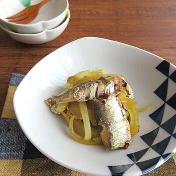 カレー風味のオイルサーディン炒めです。  魚が苦手な子どもでも、カレー味なら食べられるかもしれません。火を使わず、電子レンジのみの調理なので、とてもお手軽。オイルサーディンはしっかり油を切ってから、玉ねぎと和えると、味がぼやけません。