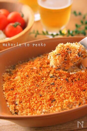 玉ねぎとオイルサーディンをレンジ加熱した後、トースターで焼き上げる簡単レシピです。  上からかけたパン粉と粉チーズがサクサクで、箸が進みます。材料さえあれば、あっという間にできるひと品。おつまみが足りないなというとき用に覚えておくと重宝しますよ。