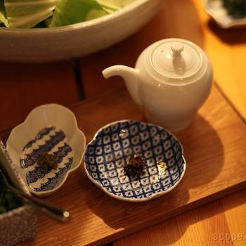 江戸時代から続く印判の染付の手法を用いて作られた豆皿。手作業なのでズレや滲みが多く完全に同じ物は一つとしてなく、それぞれの違いが個性となり味となります。