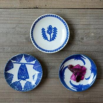 岡山県倉敷市の倉敷意匠と、型染めユニット「katakata(カタカタ)」がコラボして作ったユーモラスな小皿。お皿の上に生き生きと描かれた個性的な動物たちの絵柄が印象的です。