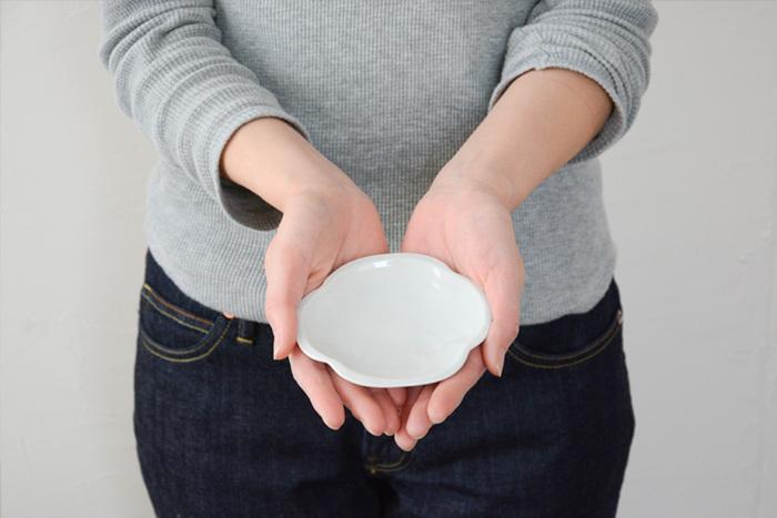 九谷焼の伝統をふまえながら、今の時代に即した、普段使いしやすい器づくりを目指す「九谷青窯」。こちらはそんな九谷青窯による「モッコ皿」。土の風合いを残した薄グレーの小皿は、どこか懐かしい面影があります。