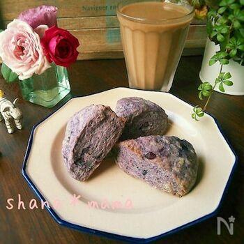無糖ヨーグルトとブルーベリージャムをおり交ぜた甘さ控えめのスコーン。ホットケーキミックスを利用する超簡単レシピです。準備からオーブンに入れるまでは、なんとわずか5分!