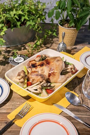 イギリスには「サンデーロースト」と呼ばれる習慣があり、日曜日の午後に家族や友人と、おうちでゆっくりロースト料理を楽しみます。なんでもない週末なのに、いただくお料理はクリスマスさながら。ランチタイムに始めたのに、ディナータイムが過ぎてもまだお喋り…なんていうことも珍しくありません。