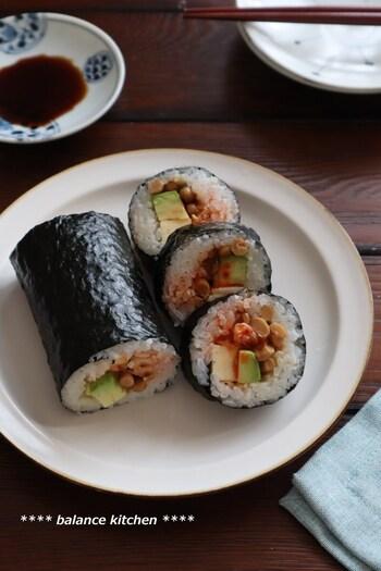 白ご飯とは違う、寿司飯との相性がおいしい納豆巻き。具材は納豆にアボカド、キムチにベビーチーズと、家にある買い置きの食材だけでOK。ラップでサッと巻いてパパっと作れるから、ひとりランチにもおすすめです。