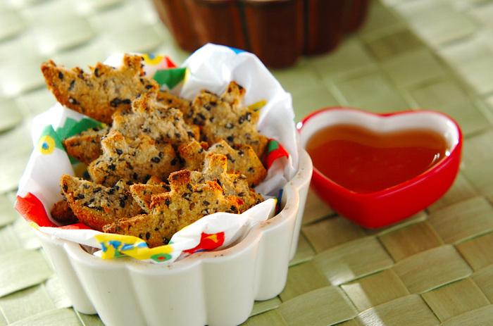 黒ゴマの風味豊かな味わいのクッキーは、子どものおやつにぴったり。生地には、ライ麦粉・アーモンドプードルを混ぜ込んでいるため、心地よい香ばしさを楽しめるのも魅力です。おからやはちみつを加えることで、お菓子なのに身体に嬉しい栄養分を摂取できるのもメリットです。