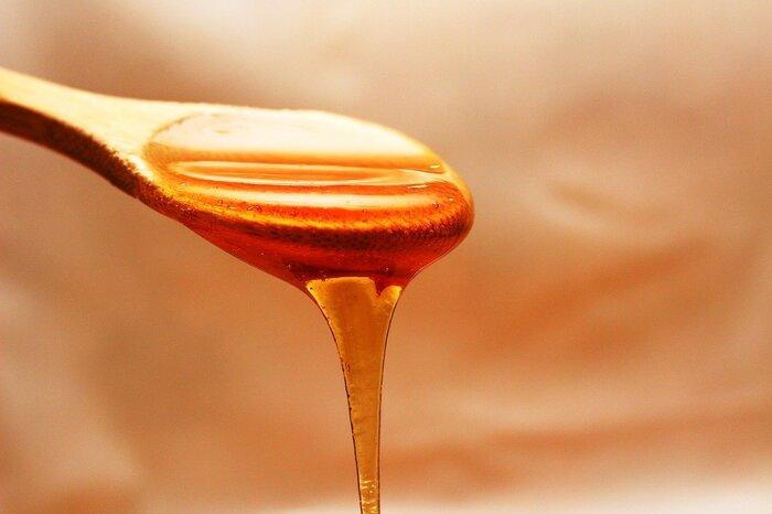 はちみつは豊富な栄養素を含んでいるうえに、甘みが強いので、砂糖よりも少ない量で同じ甘さを得られます。 そのため、砂糖よりもカロリーを低く抑えながら、体によい栄養素を摂ることができます。また、砂糖は虫歯になりやすいですが、はちみつは殺菌効果が強いため、虫歯になりにくいともいわれています。