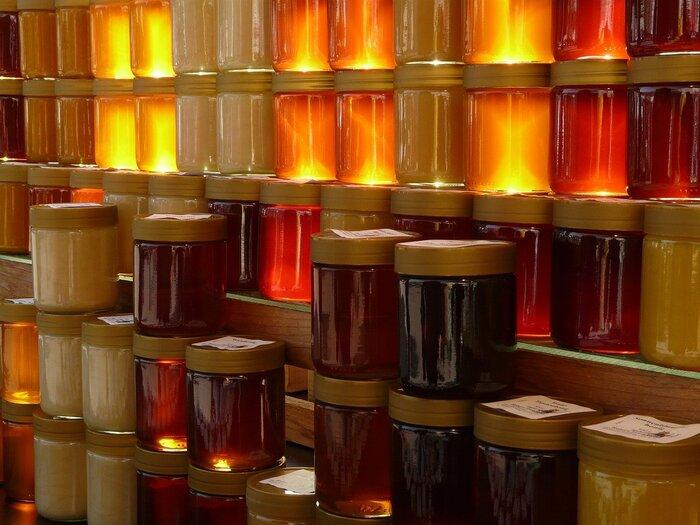 はちみつは、アカシアなどの樹木、草花、ナッツやフルーツなどの様々な花から採れます。一種類の花から蜜を採った「単花蜜」の他に、みつばちが色々な花から蜜を集めてきた「百花蜜」があります。また、樹液から採れるはちみつの中でも栄養価の高い「甘露蜜」は、ヨーロッパでは森の蜂蜜として知られているそうですよ。