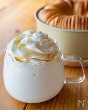 牛乳・はちみつ・ホイップクリームだけで作るラテのレシピ。電子レンジを使えば5分程度で作れるので、今日からすぐにでもチャレンジできそうです。牛乳の代わりに豆乳を使っても美味しそうですね。