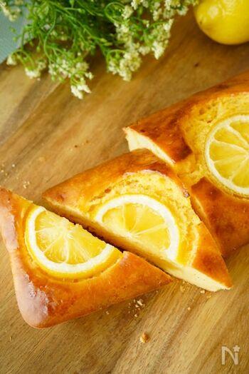 さわやかなレモンの風味を楽しめるパウンドケーキは、清々しい日の朝やブランチにぴったり♪砂糖はもちろん牛乳も使用していないので、ヘルシーなのも嬉しいポイントです。紅茶を添えたら、優雅なティータイムを過ごせそうですね。