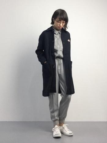 ストライプのシャツとリブパンツのグレーコーデに、ネイビーのコートをアクセントにしたきれいめスタイル。ゆるく着て、きちんと見せる。おしゃれで賢い着こなしです。