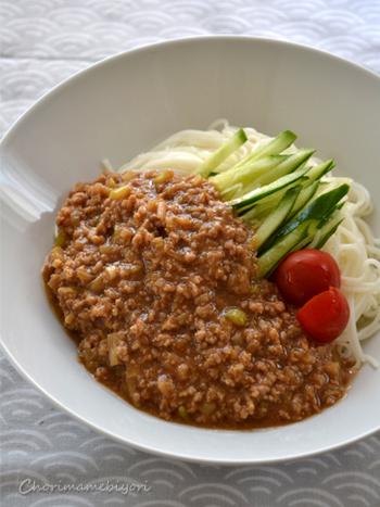 顆粒タイプのゼラチンを入れたジャージャー麺のレシピ。時間が経ってもジューシーで、麺との絡み具合がいいのも◎  赤味噌やオイスターソースなど身近な調味料だけで味付けしているため、気負いなくチャレンジできます。子どもが食べやすい味に仕上がるのもポイントです。