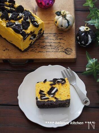 オーブントースターや電子レンジを使うのも面倒…そんなときはこちらのレシピはいかがでしょう?かぼちゃやオレオを潰したり、生クリームを混ぜるなどの作業はありますが、焼かないのでラクチン♪断面とコントラストが美しいおしゃれなパンプキンチーズケーキができあがります。