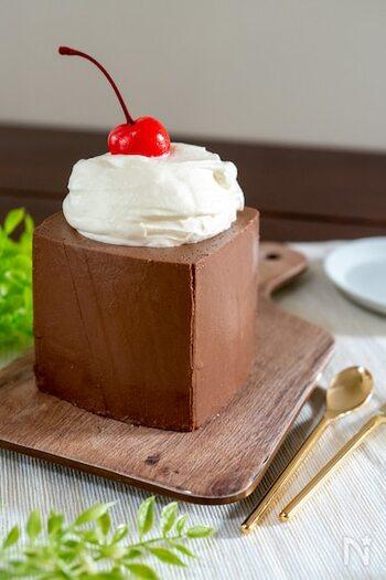 固めの食感の四角いチョコプリン。牛乳パックの注ぎ口を切り取って、5つの材料で簡単に作れます。しっかりと自立するプリンに、たっぷりの生クリームをトッピングして贅沢にいただきましょう。