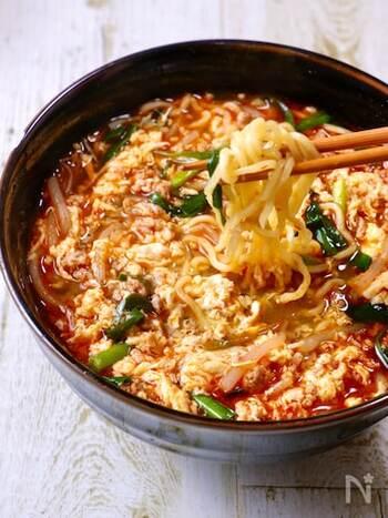 お酒の〆にぴったり!スタミナをつけたい夏場から、ぽかぽかと温まりたい冬場まで大活躍する辛麺のレシピ。スープも手作りというこだわりよう。 余ったスープにご飯を入れて、クッパ風にして食べると絶品です。