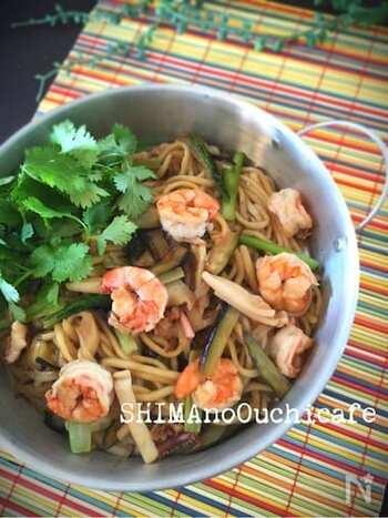 麺料理がマンネリ化したら、タイの屋台で定番の「パッタイ」はいかがでしょうか。いろんな野菜やシーフードと相性がいいため、中途半端に残った食材の一掃レシピとしてもおすすめです。 パッタイソースを使えば、手軽にエスニック風のパッタイ焼きちゃんぽんが完成します。