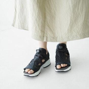 Reebok(リーボック)の人気モデルを夏も履けるようにアップデートしたスニーカーサンダル。スニーカー内部の空気量を変えて自身の足にフィットさせる「ザ・ポンプテクノロジー」搭載はそのままに、履きやすいスリッポンタイプで、夏でも快適な履き心地を実現しています。