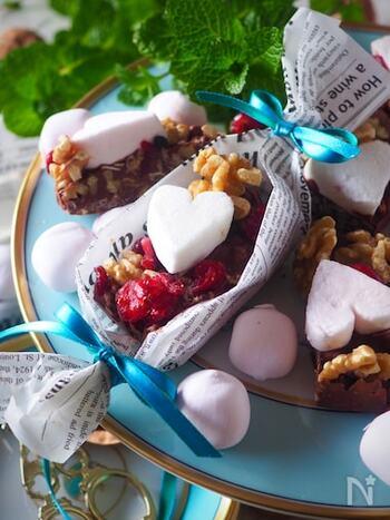 お菓子作り初心者さんでも作れる超簡単レシピです。板チョコを溶かしてドライフルーツやナッツなどを混ぜたら、牛乳パックを横にカットした型に流し入れて固めたら完成。いろんな味と食感が楽しいおやつです♪ワックスペーパーなどでキャンディ包みにすると、ちょっとしたプレゼントにも◎