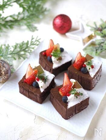 ホットケーキミックスを使って作るお手軽チョコケーキのレシピ。牛乳パックは、輪切りにして正方形の型代わりに使用。そのままでも美味しいですが、クリームやフルーツでデコレーションすると可愛いですね♪