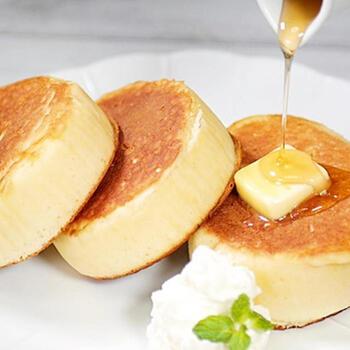 縦長にカットした牛乳パックで輪っかの型を作ることで、厚みのあるお店のようなまん丸のパンケーキに。生地はホットケーキミックスをベースにただ混ぜるだけ。スフレパンケーキのように卵白を泡立てる必要がないので挑戦しやすいですよ。