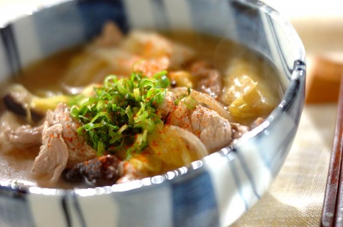 包丁で切るものが多い豚汁も包丁なしで作っちゃいましょう!豆腐やキャベツ、しいたけも包丁を使わずに、豪快に手でちぎっていけばOK。豚肉を炒めてあとは野菜を煮込んだら完成です。野菜をたっぷり食べられて栄養満点!