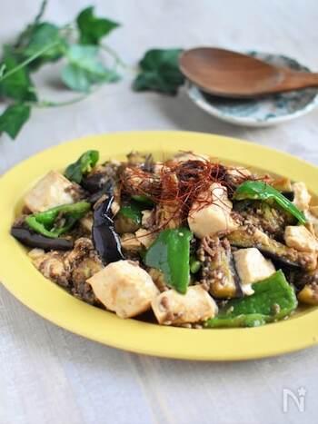 豆腐とピーマンは手でちぎり、なすはキッチンばさみでカットしています。合いびき肉と野菜を炒めて味付けたら完成です。赤味噌のしっかりとした味で白いごはんが進みますよ!