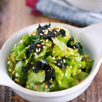 レタスと韓国のりをちぎって、調味料と和えるだけのパパッと作れる超簡単レシピ。レタスを塩もみすることで、カサが減ってたっぷりと食べられるのもうれしい。やみつきになる美味しさです。