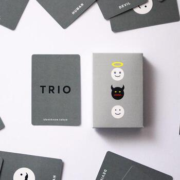 可愛らしい表情のキャラクターにほっこりとする「TRIO」。カードは天使・悪魔・人間の3種類。中央にカードを積み重ねて、カードを引く前に何が出るかを予想してみんなに言います。めくったカードが外れたら中央に置いて、当たったら中央のカードを全部もらえるというルールです。
