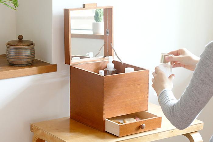 木製で、使わないときもお部屋にすっと馴染んでくれる化粧箱。化粧水や乳液のボトルを立てて収納できる深さがあり、アイシャドウやリップクリームを入れるのにちょうどいい引き出しも付いています。