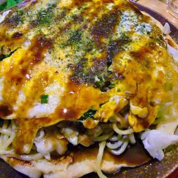 生地・麺・卵を別々に焼いて重ねることで、失敗しない広島風お好み焼きが完成!ホットプレートを準備して、家族みんなでワイワイと焼き上げるのも楽しそうですね。 千切りにしたキャベツをはさみ込んでいるため、野菜を意外とたっぷり食べられます◎ 休日のランチにもおすすめのレシピです。