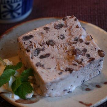 粒あん、生クリーム、砂糖で作るあずきのアイスです。生クリームを泡立てる以外は本当に簡単!粒あんをたっぷりと使うことで、しっかりと風味が感じられ食感も楽しめます。あんこと生クリームが余ったときにぜひ作ってみてください。