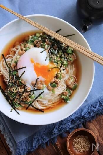 納豆×おくらのネバネバ食材を組み合わせた健康的なレシピ。調味料は、ごま油とめんつゆだけでOKなので味付けに失敗しにくいのも嬉しいポイントです。 つるつるのそうめんを温泉卵に絡めながらいただきましょう。