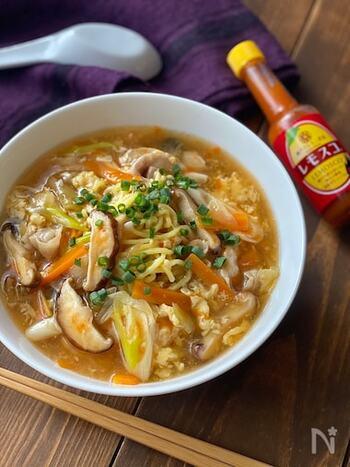 「酸辣湯(サンラータン)」とは、酸味と辛味を効かせた中華料理の定番スープ。酸辣湯に麺を入れたのが「酸辣湯麺」です。 レモン風味が効いた辛味調味料を加えることで、ピリ辛ながらさわやかな味わいに。麺だけでなく、とろみのあるスープまで全部美味しくいただけるレシピです。